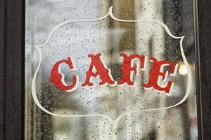 Día lluvioso en un café en París, Francia