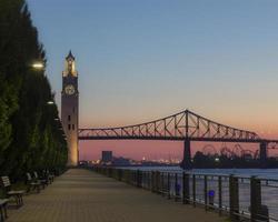Tiro de sol naciente en el viejo puerto de Montreal, Canadá, horizontal