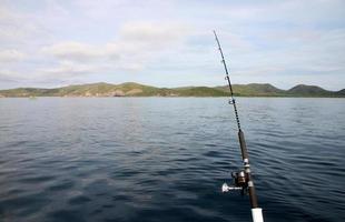 Caña de pescar en un barco. foto