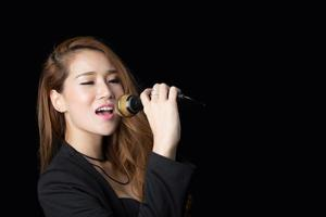 linda mulher asiática cantando