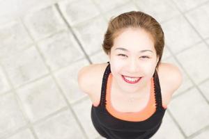 linda chica asiática sonriente foto