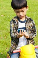 chico asiático llamando por teléfono foto