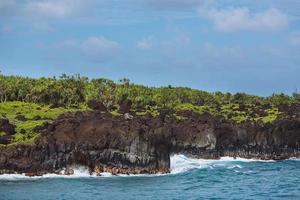 acantilados de roca costera - parque estatal wai'anapanapa, maui, hawaii foto