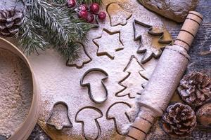 ingredientes para hornear para hacer masa en pizarra. galletas de Navidad
