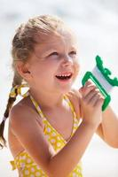menina empinando uma pipa