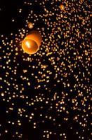 drijvende Aziatische lantaarns