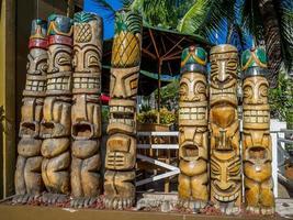 Tkiki statues photo