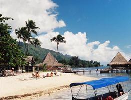Escena de playa hotel tropical con mujer turista foto