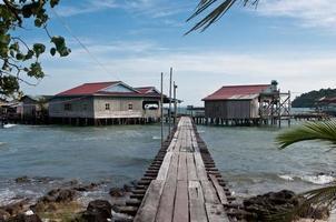 ponte para uma vila flutuante no Vietnã