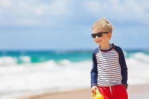 niño en la playa foto