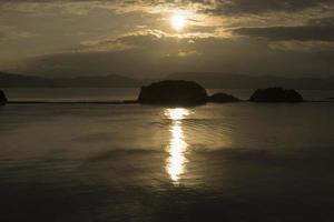 estrada do anjo e sol nascente na ilha de shodo, japão