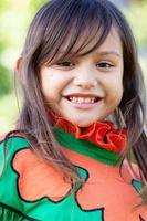 niña hawaiana en ropa tradicional
