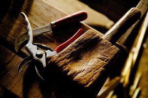 herramientas artesanales en banco de trabajo de madera