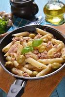 pasta met tonijn en groene olijven