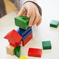 juego infantil con formas de ladrillos de madera de colores foto