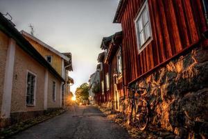 Puesta de sol en las calles de Strängnäs, Suecia foto