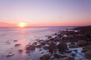 puesta de sol sobre la costa sueca