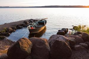 Das Boot wurde bei Sonnenuntergang an der Seite beleuchtet
