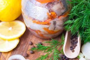 arenque marinado en un frasco foto