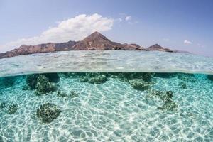 isla, arena y luz solar