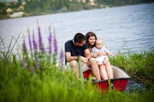 família com bebê no barco