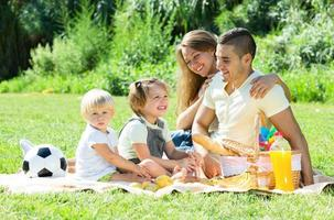familia europea con niños haciendo picnic