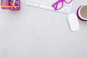 escritorio de negocios y un teclado blanco foto