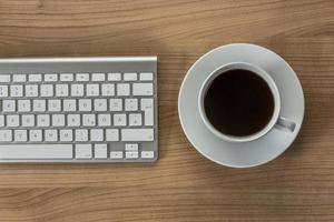 teclado moderno en un escritorio