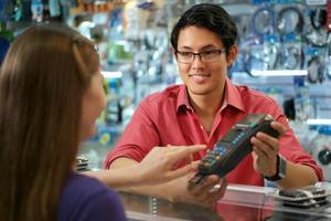 Cliente que paga con tarjeta de crédito en una tienda de informática china