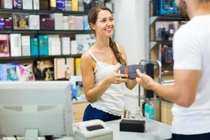 sirviendo al comprador en la caja foto