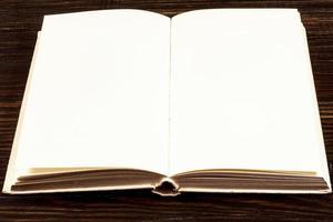 Libro abierto sobre escritorio de madera.