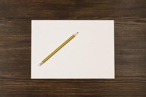 tarjeta blanca en escritorio de madera foto