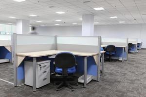 modernes Büro mit Tisch und Schreibtisch