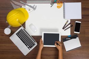 Fondo de escritorio de oficina escrito a mano con pantalla táctil en tableta