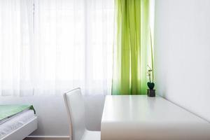 escritorio de estudio en la habitación foto