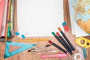accesorios escolares en un escritorio