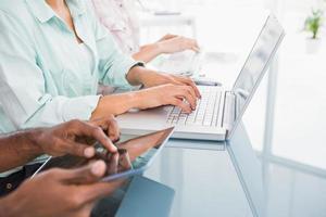 compañeros de trabajo con computadora portátil y tableta en el escritorio