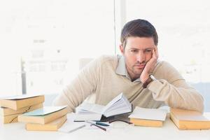 homme d'affaires occasionnel s'ennuie étudier à son bureau