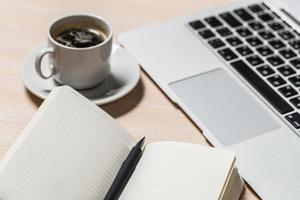 Vista de escritorio de trabajo de oficina con laptop