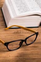 anteojos y libros foto