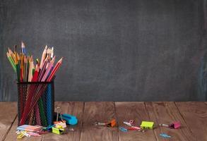 útiles escolares y de oficina en la mesa del aula