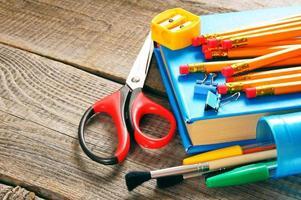 Schulwerkzeuge. auf hölzernem Hintergrund.