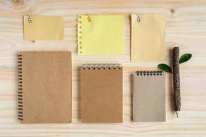 Reciclar cuaderno con lápiz de madera sobre escritorio de madera foto