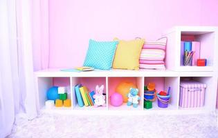 interior del aula en tonos rosados en la escuela
