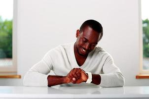 feliz hombre africano sentado en la mesa foto