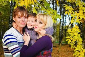 família feliz no parque outono