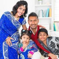 familia india asiática en casa