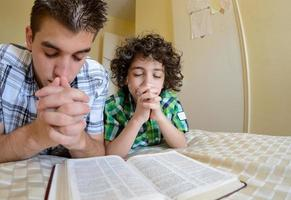 joven familia rezando