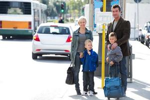 familie wachten op de bus