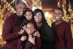 familia de navidad fuera de un centro comercial